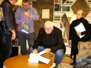 Сладка работа – раздаване на автографи, за които се вижда, че чакат проф. Михаил Мелтев и Владимир Трифонов